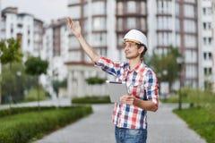 Młody architekt przed budynkiem mieszkaniowym Zdjęcia Stock