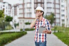 Młody architekt przed budynkiem mieszkaniowym Obrazy Stock