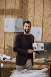 młody architekt z papieru domu modelem Obraz Stock