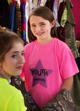 Młody asystent pomaga dziecko aktorki Fotografia Stock