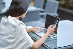 Młody atrakcyjny Azjatycki biznesowej kobiety dosypianie, drowsing lub taki, Fotografia Stock