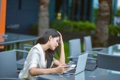Młody atrakcyjny Azjatycki biznesowej kobiety dosypianie, drowsing lub taki, Zdjęcie Royalty Free
