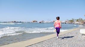 M?ody atrakcyjny dysponowany caucasian dziewczyna bieg post dennym quay z kasztelem na tle swobodny ruch zdjęcie wideo