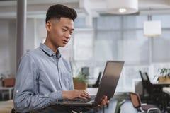 M?ody Azjatycki biznesmen pracuje przy biurem obraz stock