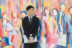 M?ody Azjatycki biznesmen w czarnej kostium pozycji zdjęcia stock
