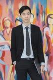 M?ody Azjatycki biznesmen w czarnej kostium pozycji fotografia royalty free