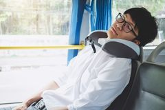 M?ody Azjatycki m??czyzna podr??nika obsiadanie na autobusie i dosypianie z poduszki, transportu, turystyki i wycieczki samochodo obraz stock