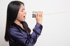 M?ody Azjatycki kobieta krzyk z blaszanej puszki telefonem fotografia royalty free