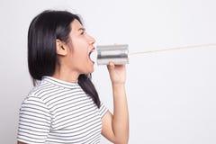 M?ody Azjatycki kobieta krzyk z blaszanej puszki telefonem obrazy stock