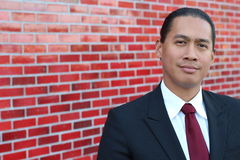 Młody azjatykci biznesowego mężczyzna uśmiechnięty trwanie salowy z kopii przestrzenią na lewej stronie obrazek zdjęcie stock