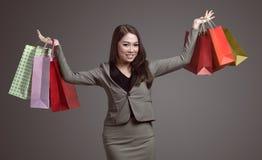 Młody azjatykci biznesowej kobiety mienia torba na zakupy Fotografia Stock