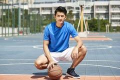 Młody azjatykci gracz koszykówki Obrazy Stock