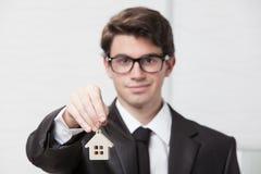 Młody biznesmen daje domów kluczom Obrazy Royalty Free