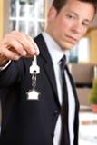 Młody biznesmen daje domów kluczom Obraz Stock