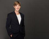 Młody biznesmen jest ubranym przypadkowego kostium Fotografia Royalty Free
