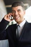 Młody biznesmen na telefonie w budynku biurowym Fotografia Stock
