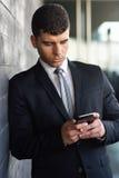 Młody biznesmen na telefonie w budynku biurowym Zdjęcia Royalty Free