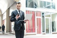 Młody biznesmen otrzymywa wezwanie od nowego klienta Biznes Zdjęcie Stock