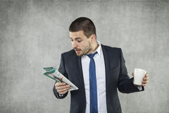 Młody biznesmen patrzeje dla pracy zdjęcia stock