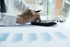 Młody biznesmen pracuje z kalkulatorem, biznesowym dokumentem, i Obraz Stock