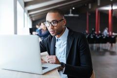 Młody biznesmen pracuje z laptopem Zdjęcie Royalty Free