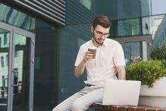 Młody biznesmen pracuje z laptopem outdoors Fotografia Royalty Free