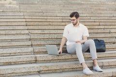 Młody biznesmen pracuje z laptopem outdoors Fotografia Stock