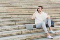 Młody biznesmen pracuje z laptopem outdoors Zdjęcia Stock