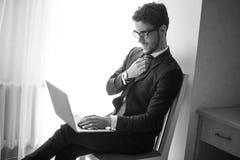 Młody biznesmen pracuje z laptopem przy biurem Obrazy Royalty Free
