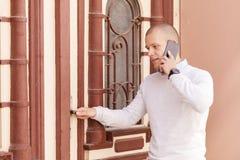 Młody biznesmen target50_0_ na telefon komórkowy Zdjęcie Royalty Free