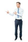 Młody biznesmen wskazuje copyspace Obrazy Stock