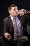 Młody biznesmen z alkoholicznym napojem Obraz Stock