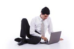 Młody biznesmen z jego laptopem Fotografia Stock