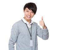 Młody biznesmen z kciukiem up gestykuluje Fotografia Stock