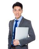 Młody biznesmena chwyt z laptopem Zdjęcia Royalty Free