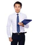 Młody biznesmena chwyt z schowkiem Fotografia Stock