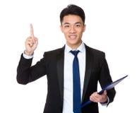 Młody biznesmena chwyt z schowkiem i palec wskazujemy up Obrazy Stock