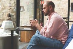 Młody biznesmena czekanie dla jego partnera biznesowego w kawiarni Obraz Stock