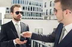 Młody biznesmena inwestor kupuje nowego mieszkanie Obraz Royalty Free