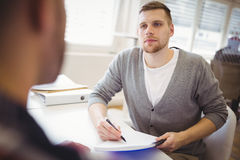 Młody biznesmena mienia notatnik w biurze Fotografia Royalty Free