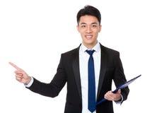 Młody biznesmena mienie z schowkiem i palcem pokazuje up Fotografia Royalty Free