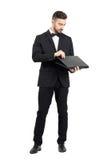 Młody biznesmena otwarcia laptop Fotografia Royalty Free