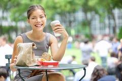 Młody biznesowej kobiety przerwa na lunch Zdjęcie Stock