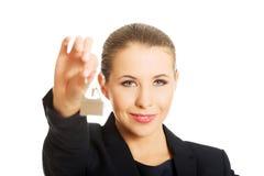 Młody bizneswoman daje domu kluczowi Fotografia Stock