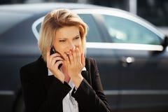 Młody bizneswoman dzwoni na telefonie komórkowym Zdjęcie Royalty Free