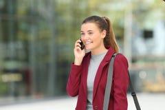 Młody bizneswoman dzwoni na telefonie na ulicie Obrazy Stock