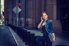 Młody bizneswoman dzwoni outside zdjęcia stock
