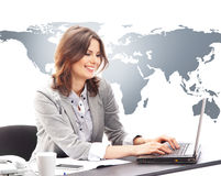 Młody bizneswoman pracuje na laptopie w biurze Obrazy Royalty Free