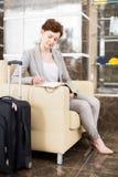 Młody bizneswomanu czekanie w hotelu lobby obraz royalty free