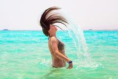 Młody brunetki doskakiwanie z turkus wody Czerwony morze Zdjęcia Stock